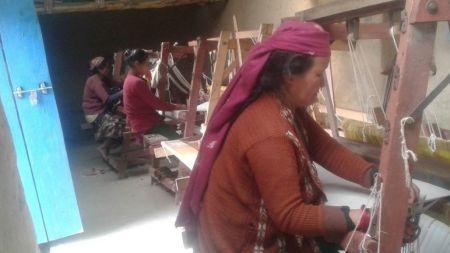 अल्लोका कपडा बनाउने पेसामा महिलाकाे अाकर्षण बढ्दाे