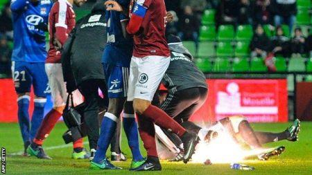 गोलरक्षकलाई दर्शकले आगोले हानेपछि...