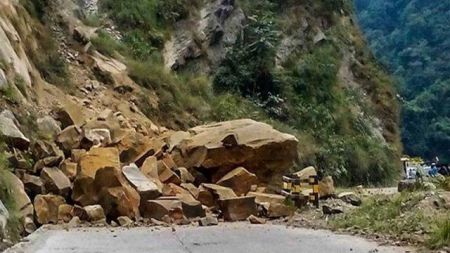 नारायणगढ - मुग्लिन सडकखण्ड पहिरोले अवरुद्ध