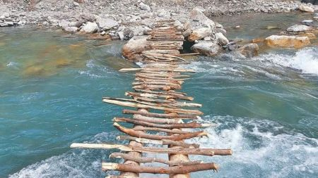 काठेपुलबाट दाजु–भाई खसेः भाइको मृत्यु, दाईको उद्धार