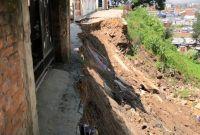 भक्तपुरको लोकन्थलीमा पहिरो, ८ घर जोखिममा