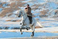 उत्तर कोरियाली नेता किम जङ-अन घोडा चढेर हिमालको टुप्पामा ( फोटोसहित)