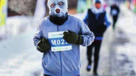 बर्फिलो क्षेत्रमा भएको म्याराथन, धावकका अनुहार हिउँले ढाकियो