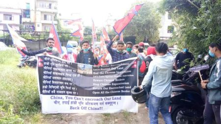 नेपाली भूमी मिचेको भन्दै चिनियाँ दूतावास अगाडि प्रदर्शन