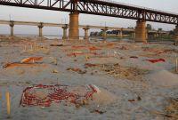 कोभिड–१९ महामारीबीच गङ्गा नदी किनारामा शवको थुप्रो